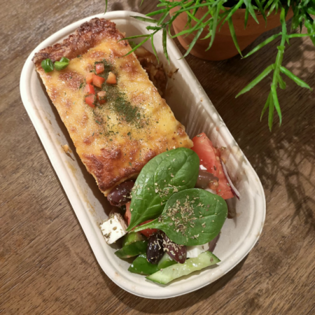 Authentic Angus beef lasagne with salad (individually packed)